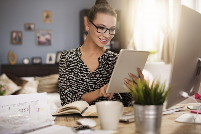 Elegáns nő otthonról dolgozik