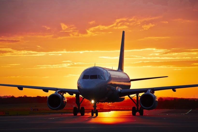 Repülőgép naplementében