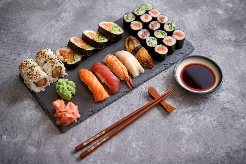 sushi tál az asztalon