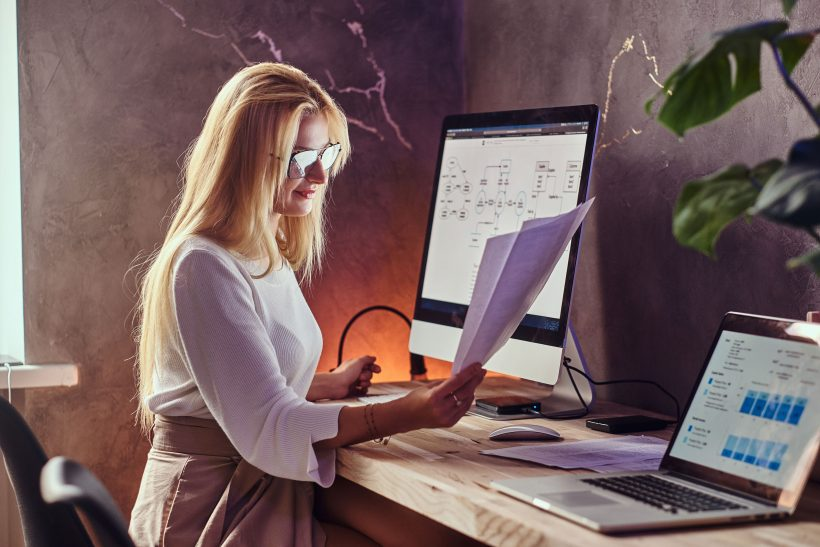 Nő laptopnál dolgozik otthon